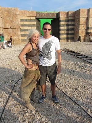 Emilia Clarke caracterizada de Daenerys con un fan - Juego de Tronos en los siete reinos