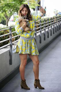 كاثرين ماكفي تتنزه في لوس انجلوس و تأخذ صور سيلفي مع كلبها