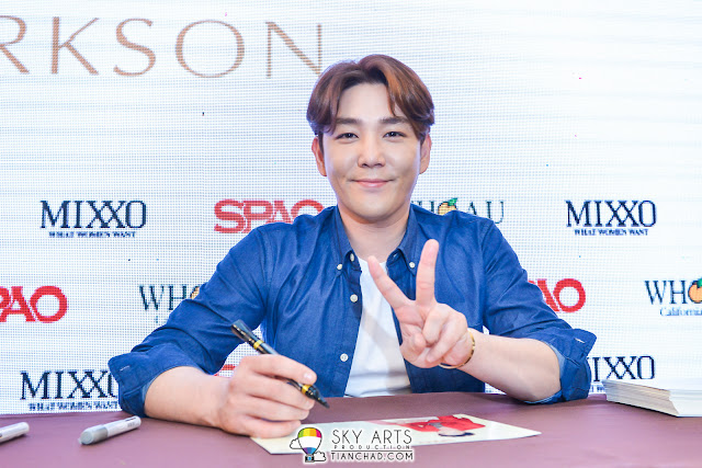 KangIn with peace sign at SPAO autograph session
