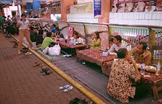 Makanan Khas Indonesia – Cara Berjualan Makanan Di Indonesia lesehan