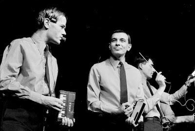 Ralf Hütter y Karl Bartos de Kraftwerk utilizando en directo el Bee Gees Rhythm Machine y el Stylophone el 14 de diciembre de 1981 en un concierto en Bremen durante la interpretación del tema Pocket Calculator
