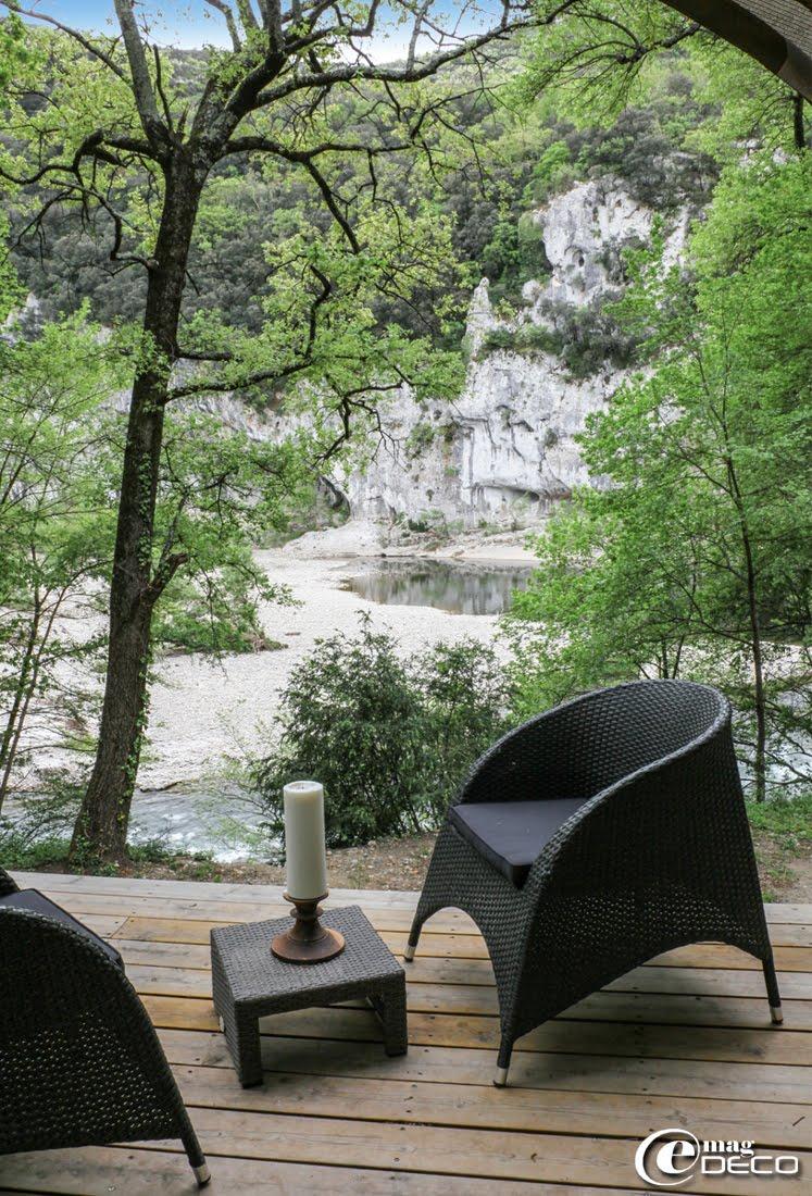 Vue sur l'Ardèche au Lodge du Pont d'Arc. Salon de jardin en acier et résine tressée Hespérides