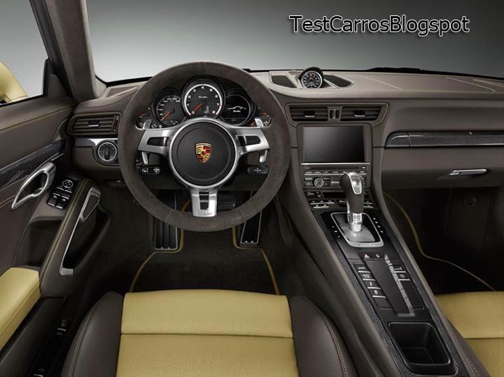 o interior bem trabalhado com a maioria das superfcies acabamento em marrom chocolate e bege - 911 Porsche 2014 Interior