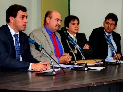 DEPUTADOS  ESTADUAIS ENTREGAM  DOCUMENTOS DA COMISSÃO PARLAMENTAR  DAS ÁGUAS AO GOVERNADOR DA PB
