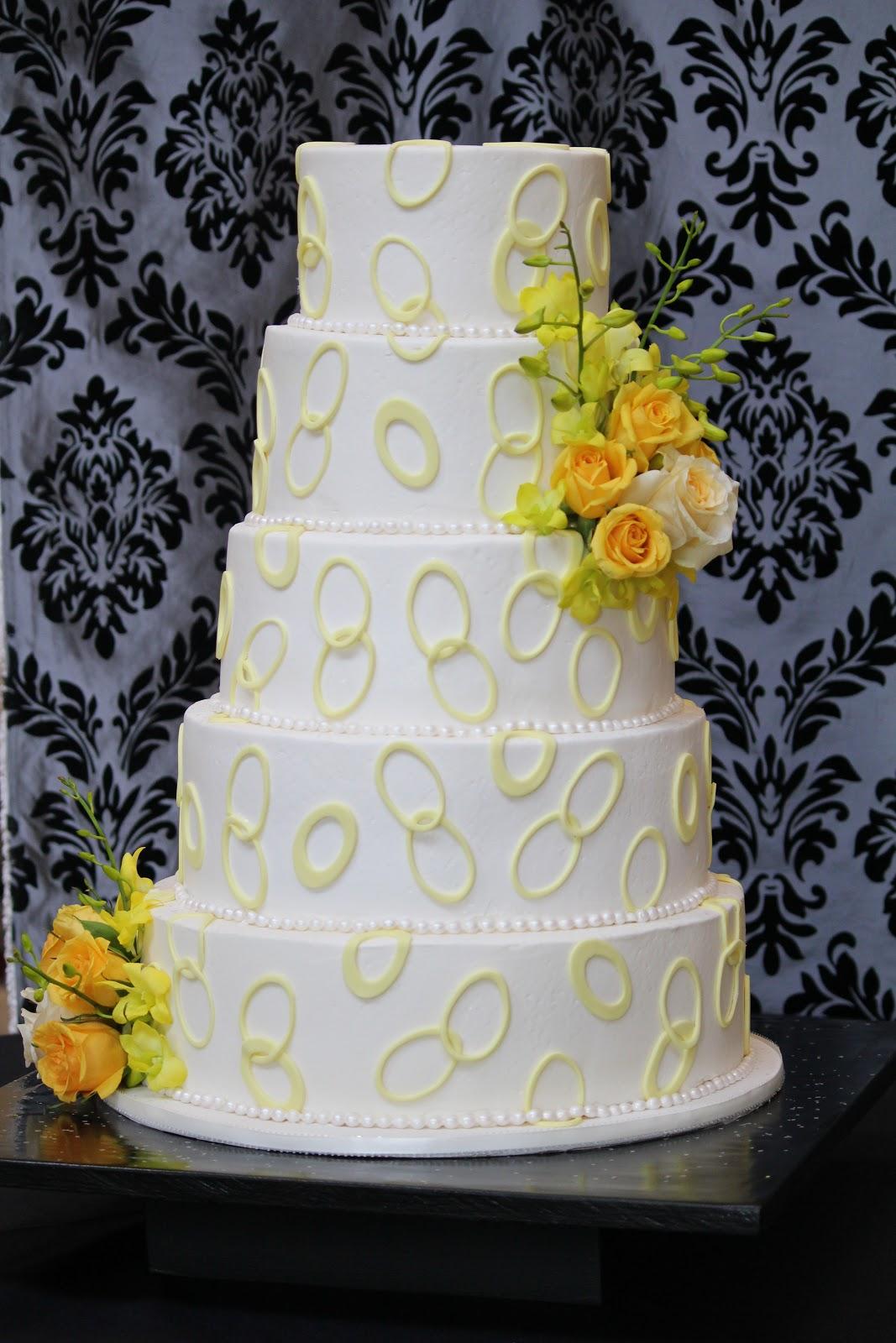 Old World Cake Co., LLC: Wedding Cake with ovals