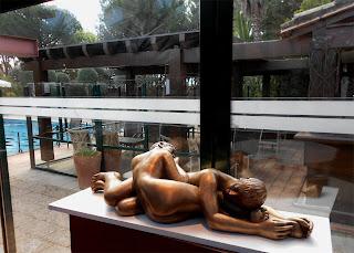 Statue de deux femmes nues allongées