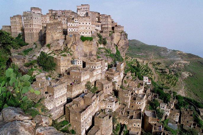 imagem da ciadade Al Hajjarah com prédios contruídos encima de rochas