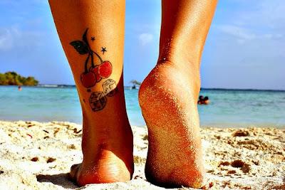 Tatuaje cerezas y dados
