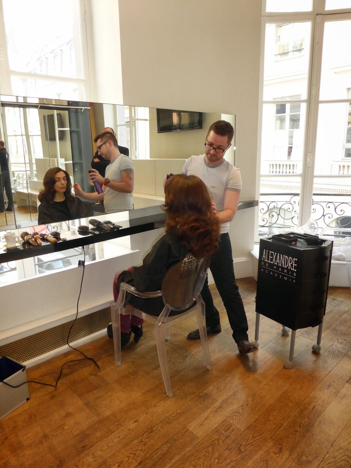 """Eddy, coiffeur visagiste du Studio 54 à Montpellier, en pleine action lors de sa formation à Paris, à l'Académie Alexandre de Paris, """"l'Excellence du Coiffage""""."""