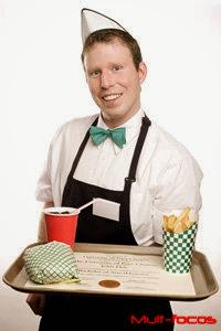 Garçon servindo sanduiche