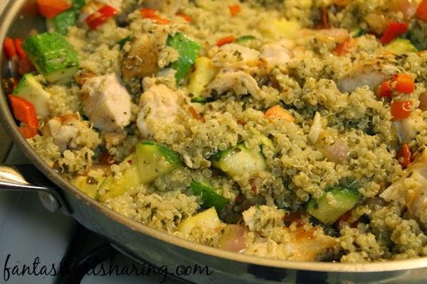 Chicken Pesto Quinoa | Seasoned chicken, veggies, and quinoa get mixed in with some tasty pesto for this amazing recipe! #pesto #quinoa #maindish #chicken