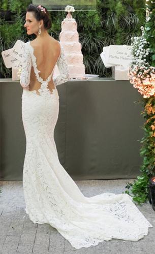 vestido de noiva reto com cauda e decote nas costas Martha Medeiros
