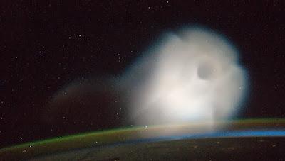 astronautas toman foto de ovni fantasma