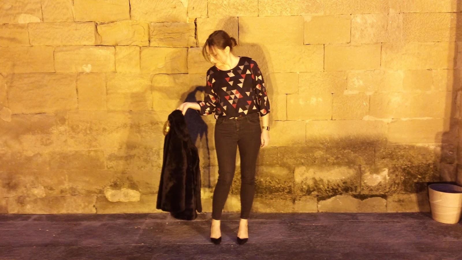 Look ideal para una día especial con jeans de talle alto negros y camisa estampada de ICHI con stilettos y abrigo de pelo