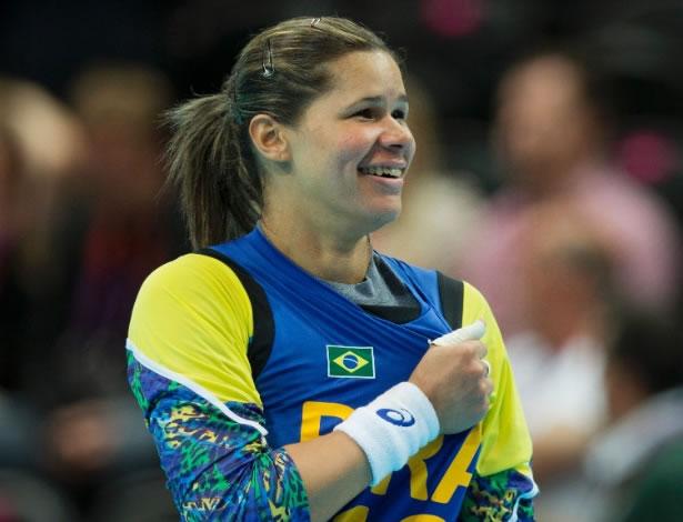 Mayssa, goleira da seleção brasileira de handebol, comemora vitória sobre Montenegro na Olimpíada (Foto: Lalo de Almeida/Folhapress)