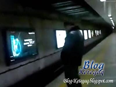 gambar lelaki kencing di landasan kereta api