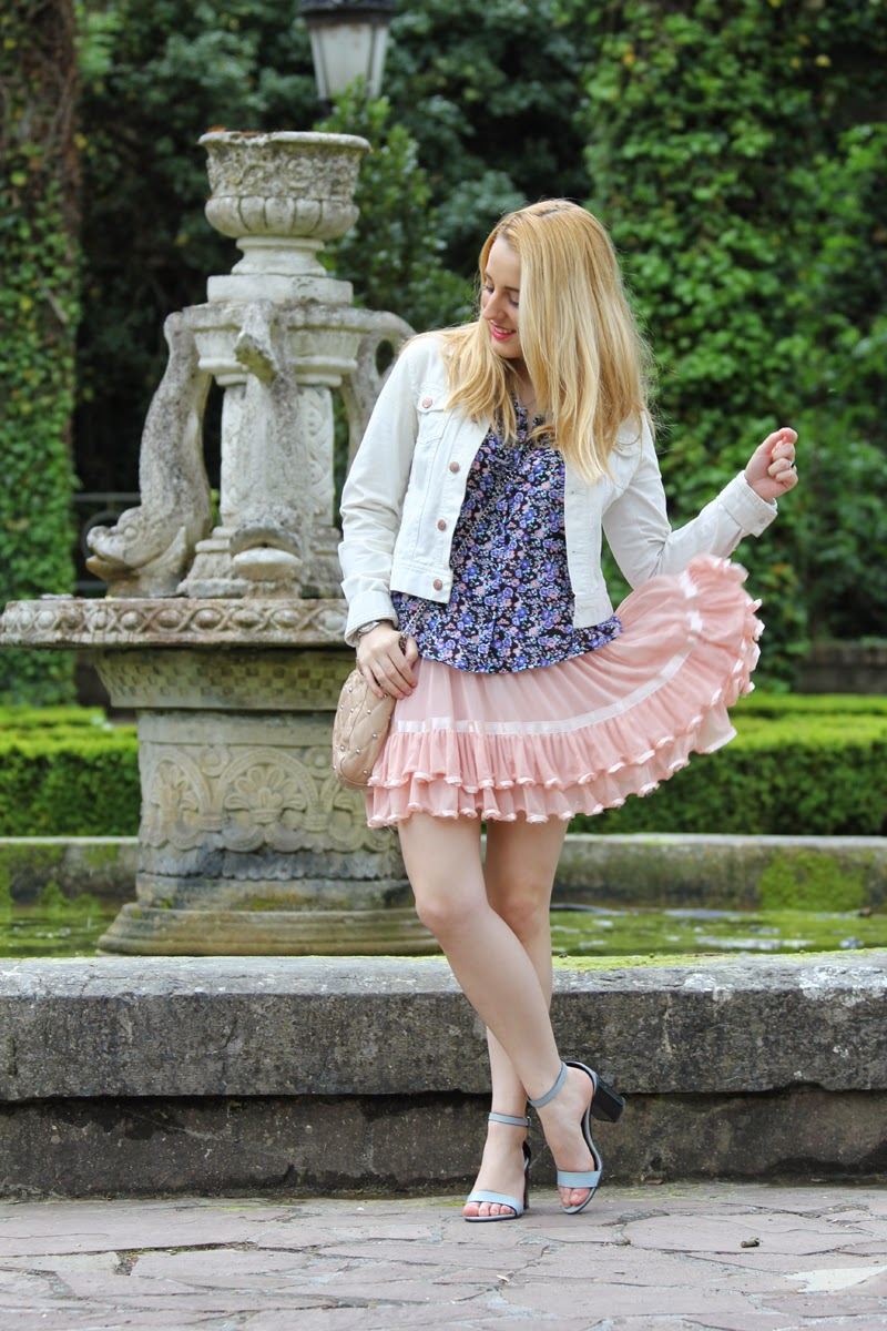 outfit_romantico_primavera-falda_rosa-camisa_flores-blog_bilbao