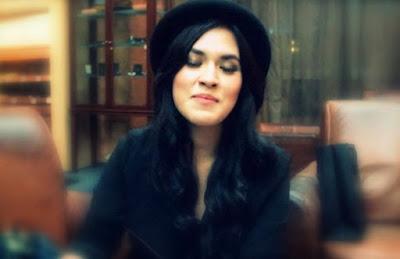 foto raisa cantik pakai topi hitam