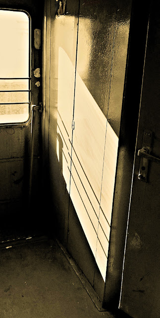 Тамбур. Около-железнодорожное. Фотография железная дорога черно-белая сепия солнце отблеск тень свет грязный светлый темный