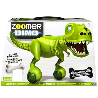 Zoomer interaktív Dínó távirányítóval  Valódi egyensúly érzékelővel ellátott dinoszauruszod remek móka lesz, hiszen nem csak hang és fényeffektekkel szórakoztat, de a távirányítóval gyerekjáték lesz irányítani őt.  Zoomer interaktív dinódat akár a kezeddel is irányíthatod, azonban ehhez meg kell szelídíteni.  Zoomer Dínó érzékelőkkel is rendelkezik, ha meghúzod a farkát kicsit izgatott lesz és felébred benne a vadászösztön.  Figyeld ahogy üldözi áldozatát és közben dínó hangokkal szórakoztat.  Zoomer Dínó remek társ a játékban.