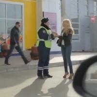 Um policial ficou deslumbrado ao ver a pop star ucraniana, Vera Brezhneva, uma loira ESTONTEANTE, foi-lhe pedir um autógrafo, o cara ficou completamente maluco...  Na hora do expediente, seu puliça????  Vejam o vídeo a partir do minuto 0:50, até o FIM!!!  Vai ser fã assim lá na Ucrania!!!