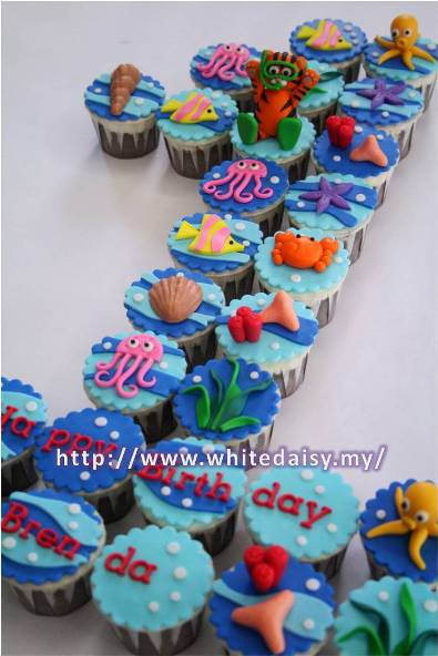 Posted by white daisy cupcakes at 5 08 pm
