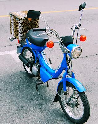 Linda motoneta Suzuki en color azul