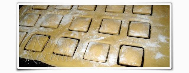 deliciosa massa caseira em forma de ravioli recheada com ricota. foto do passo a passo da receita.