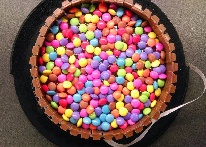 Schokoladenkuchen mit Smarties und Kitkats