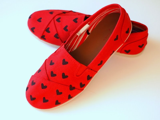 how to stencil hearts onto your shoes