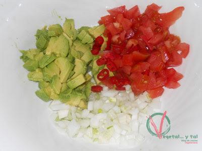 Picar los aguacates y las verduras.