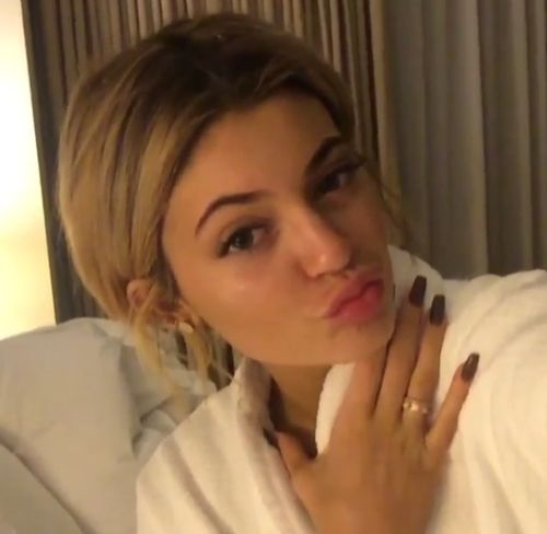 Relaxed in a bathrobe | An unfamiliar sight: Kylie Jenner shows without makeup!