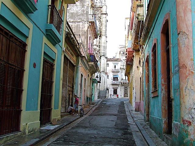 La principal característica de estas primeras calles es su estrechez. Con ella se cumplía la ley del Código Indiano