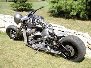 Moto no formato de um esqueleto humano