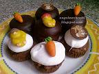 Húsvéti habos muffin recept, tejtermék mentes sütemény, sótlan mogyoróval, kókuszaromával, csokoládé mázzal, répa és csibe marcipán dísszel.