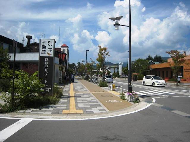 トーシンスペース軽井沢営業所前