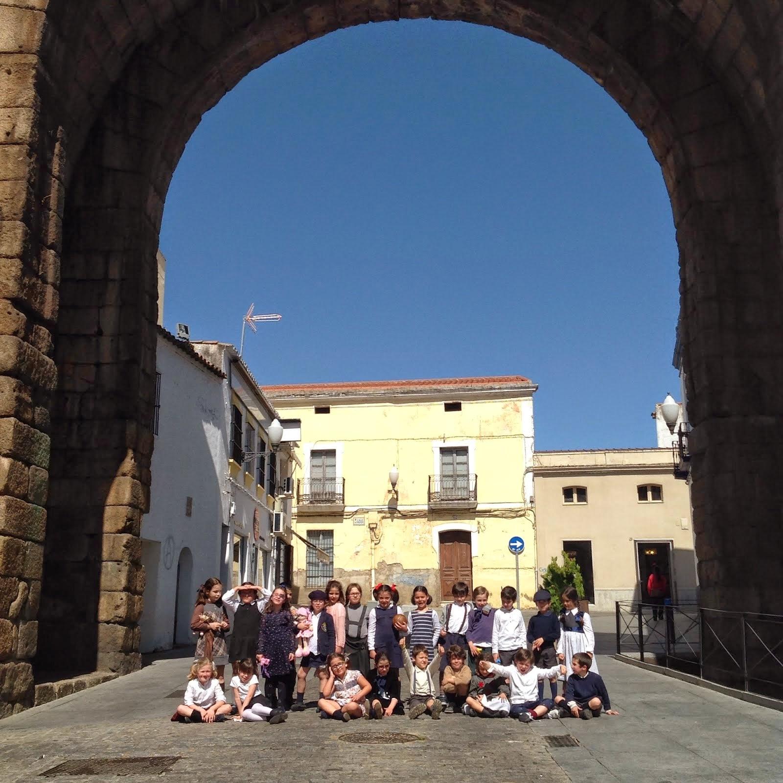 Bajo el Arco de Trajano...