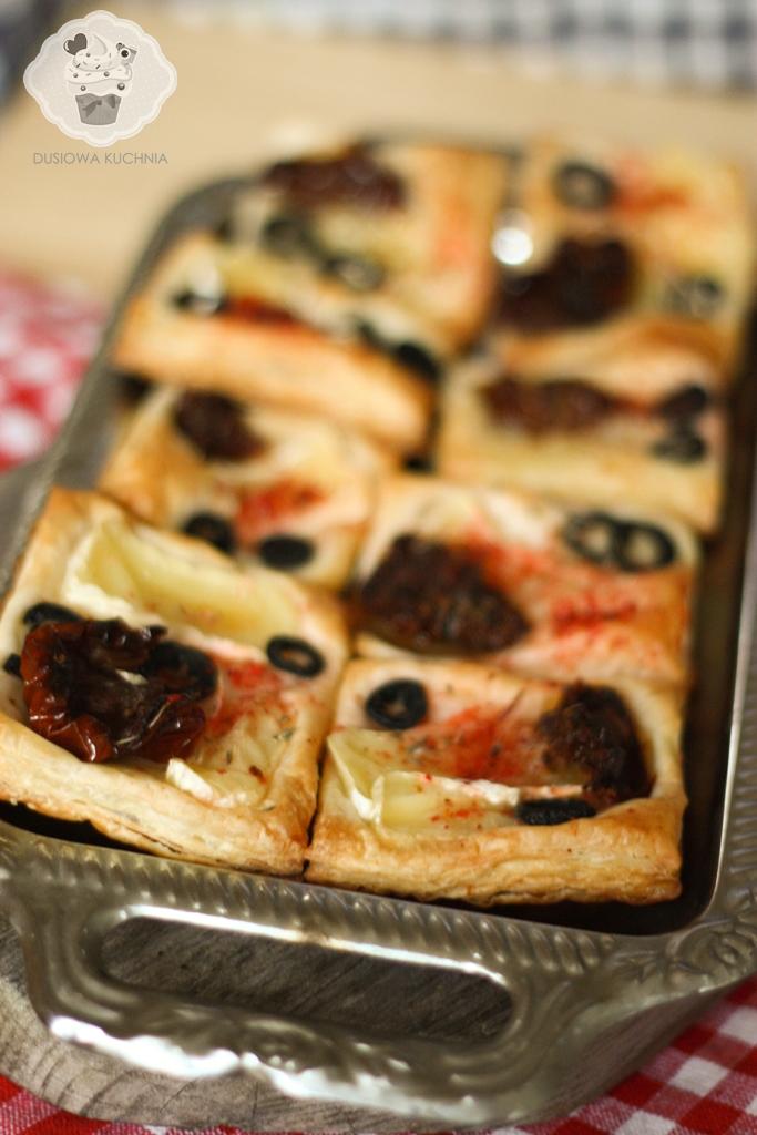 ciasto francuskie z oliwkami, ciasto francuskie z oliwkami i suszonymi pomidorami, przekąski z ciasta francuskiego