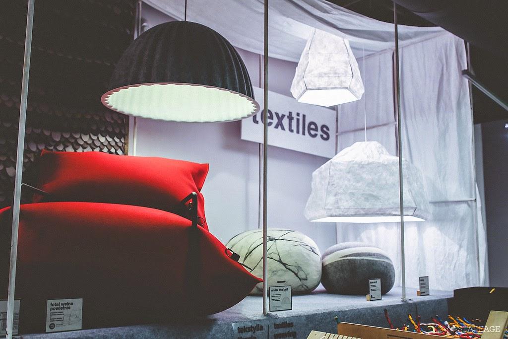 czarna lampa,czerwony dmuchany fotel,poduszki kamienie, designerskie przedmioty