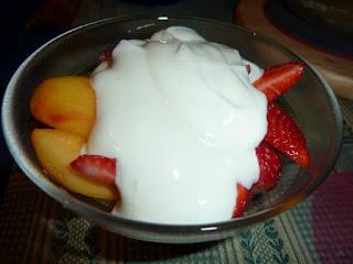 Fruta com iogurte grego