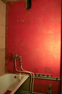 использование длинного уровня для укладки плитки на стену не от пола