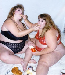 Диета отделяет тебя от твоего окружения, от тех людей с кем ты привык(ла) есть! Чтобы похудеть надо есть с малоешками, а еще лучше в одиночестве...