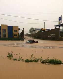 Chuvas no RN; em Caicó motorista tem carro submerso pelas águas