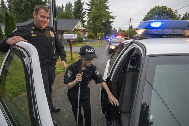 26 Moments That Will Restore Your Faith In Humanity Again - These police officers made blind 13-year-old Gage Hancock-Stevens' dream of being a cop come true