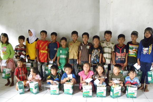 Berpose Anak-anak Yatim Desa Sayar di Acara Santunan Dompet Yatim