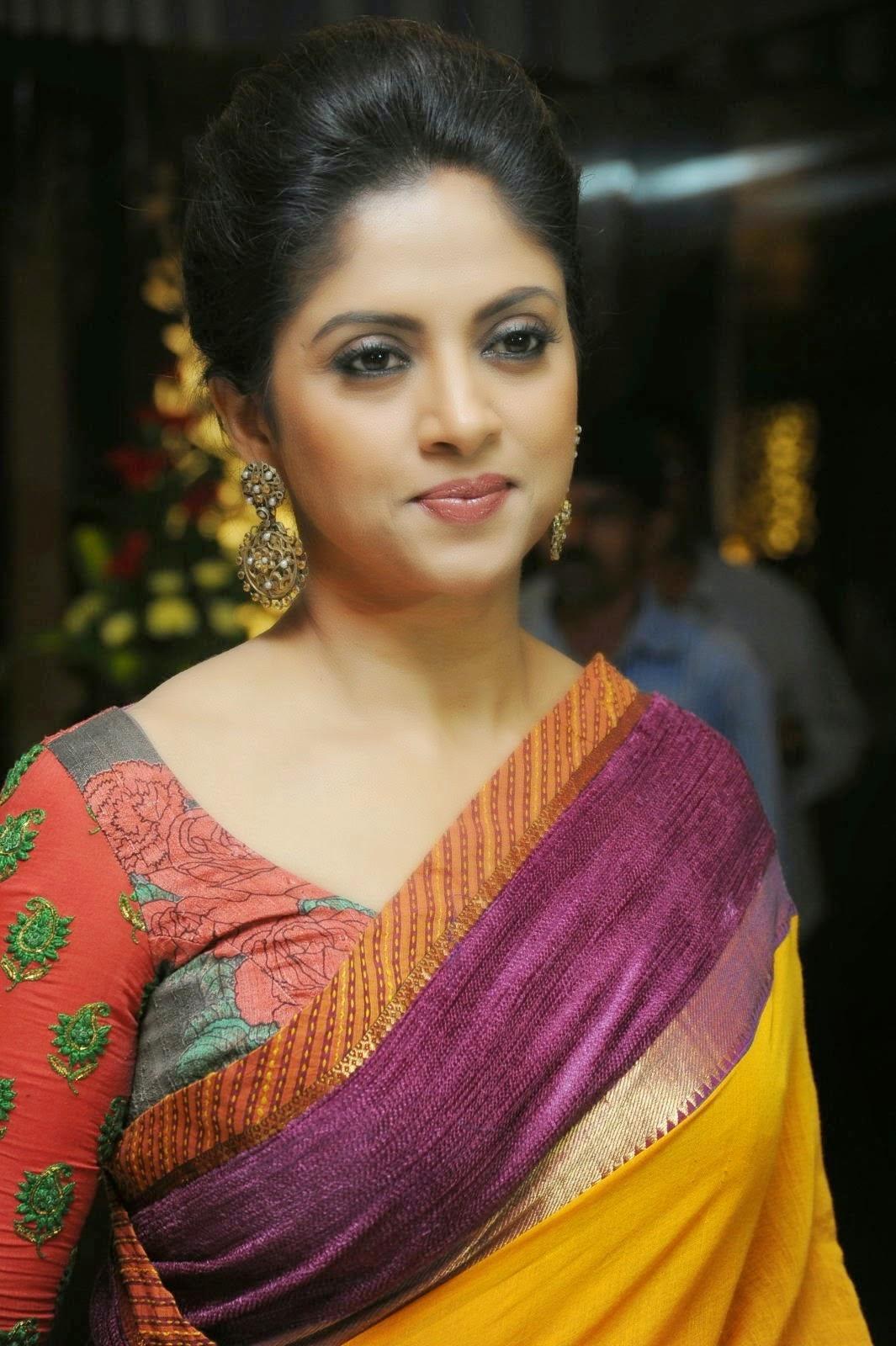Nadhiya Latest Beautiful Photos In Saree - Tolly Cinemaa