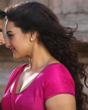 Sonakshi Sinha Hot Cleavage in Rowdy Rathore