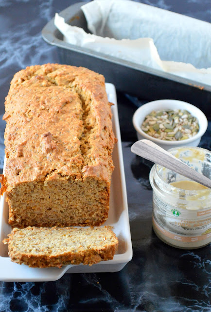 pão de sementes e iogurte