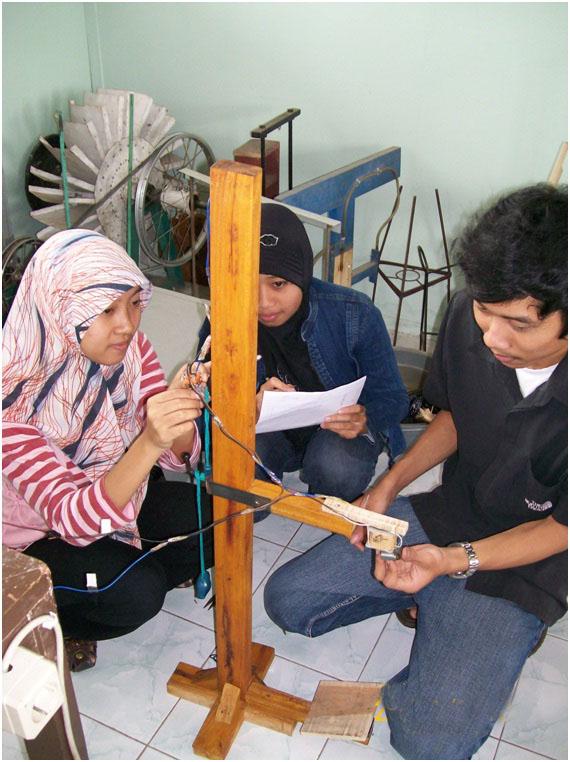 Pembuatan Alat Peraga Gerak Jatuh Bebas Sederhana Mahasiswa
