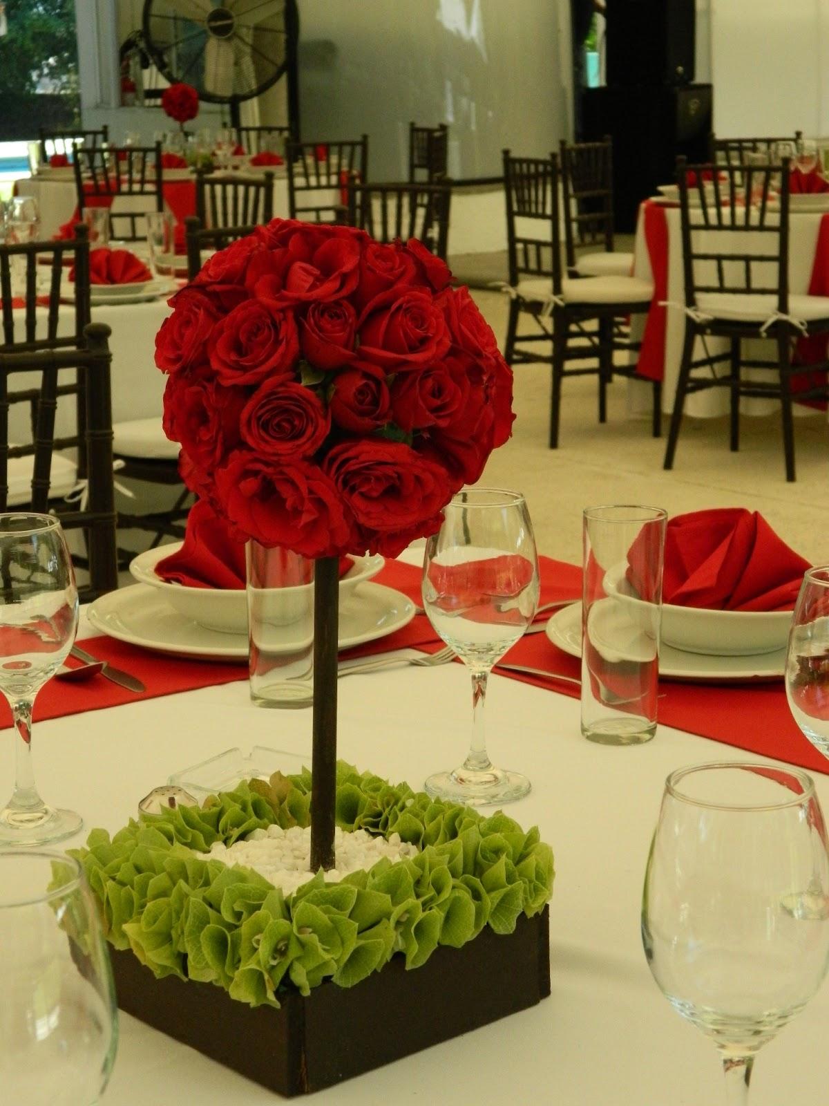 centros de mesa y el ramo de la novia fueron hechos con rosas rojas ...